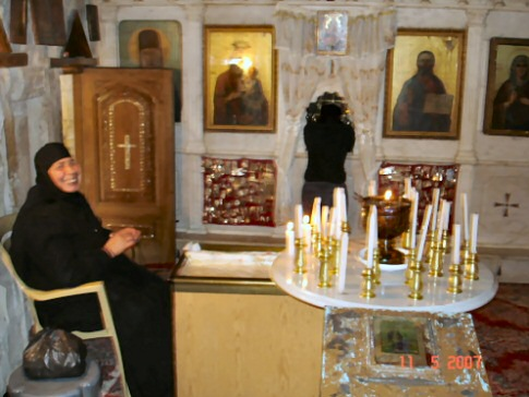 Foto proibida - Interior da Igreja mais antiga do mundo (o sorriso da religiosa era para seu primo que me acompanhava, após ver o flash da máquina seu rosto se transformou com uma expressão de indignação).