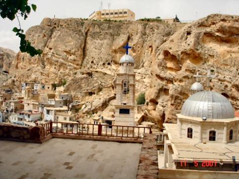 Vista geral de Malula - os buracos nas rochas ao fundo são as entradas das casas incrustadas.