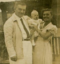 Casal Abdalla - Dr. Antônio e Dona Namur. Batismo de Helmut Bischof Júnior. Ubatuba, janeiro de 1953. - Imagem: © Arquivo Nenê Velloso