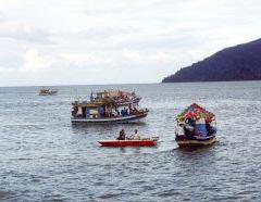 Encontro dos barcos para a procissão marítima